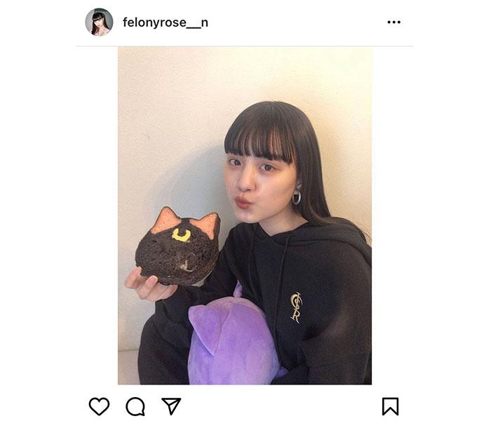 鶴嶋乃愛、黒パーカー姿で「セーラームーン」ルナをイメージしたパンと2ショット!「可愛すぎる天使」
