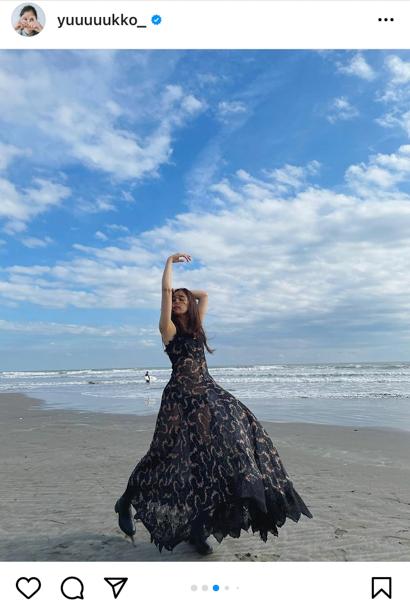 新木優子、海風にたなびくワンピース姿のオフショット公開!「笑顔最高!!!」