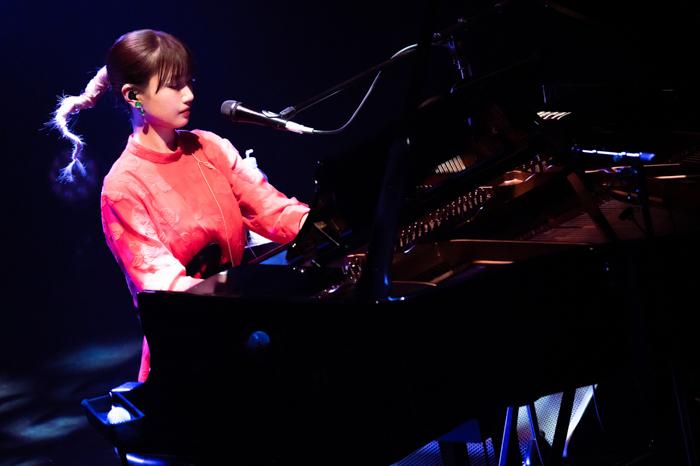 大塚 愛、ピアノ弾き語りライブ終幕!「星」と「水」をテーマにしたセットリストで別世界の空間に誘う