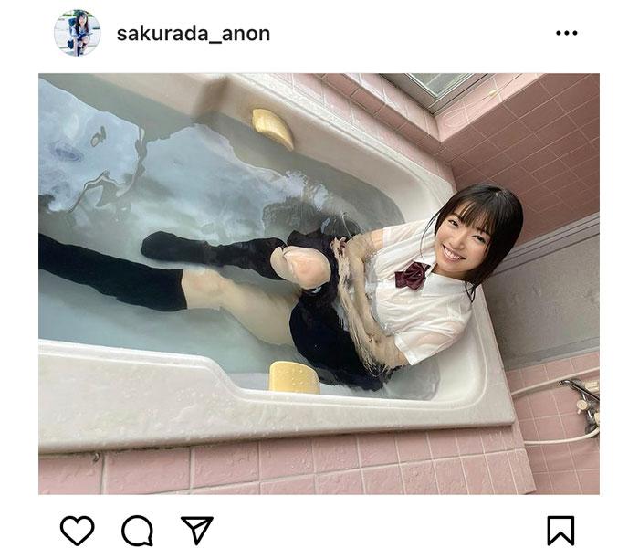 桜田愛音、制服姿でフェチ感たっぷりな入浴ショット!