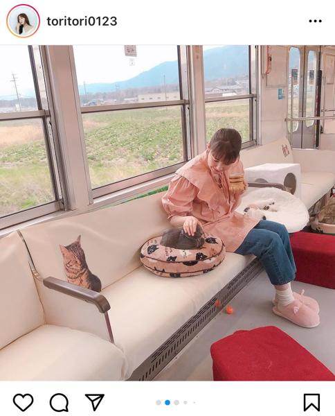 トリンドル玲奈、「ねこカフェ列車」で猫とのふれあいショット公開「かわいさの相乗効果すごーい!」
