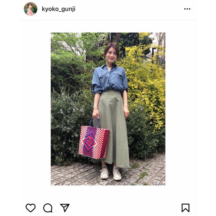 郡司恭子アナ、「春らしい」爽やかシャツコーデを披露!バッグは後藤晴菜アナとお揃い。