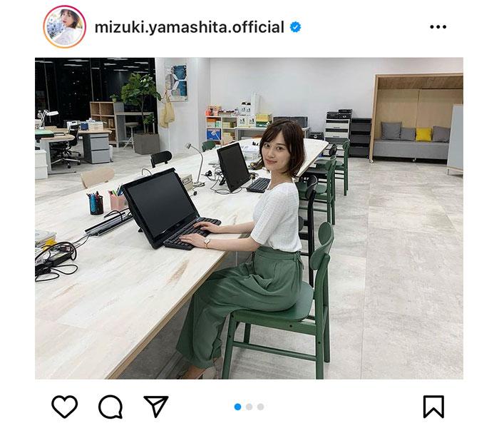 乃木坂46 山下美月、OL姿でデスクワークなオフショット公開!