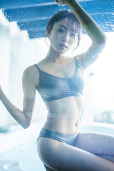 """志田友美、抜群の""""大人美ボディ""""を水着・ランジェリー姿で大胆に披露! ロングヘアとショートへアの両方楽しめる写真集を発売!"""