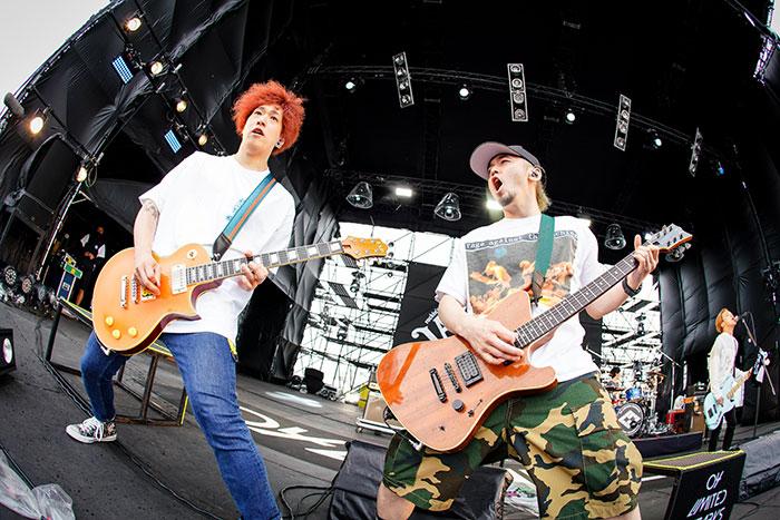 【ライブレポート】04 Limited SazabysがSKY STAGEでシャウト。考えすぎちゃうことを爆音のロックで洗い流せ!<JAPAN JAM 2021>