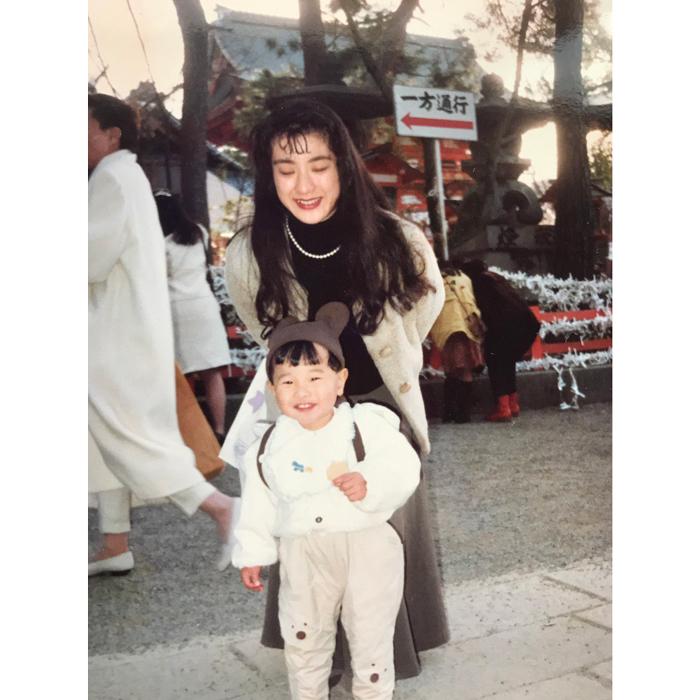 岡崎体育、幼少期の母とのホッコリ写真に反響集まる!「泣きそうです」「幸せな気持ちになります」
