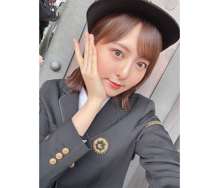 HKT48 森保まどか、JR九州の乗務員制服オフショット披露!「最後の乗務まで頑張ってください」