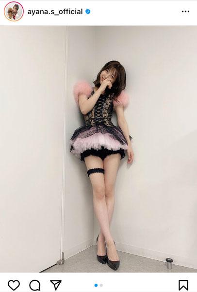 AKB48 篠崎彩奈、『誘惑のガーター』衣装で美脚披露!