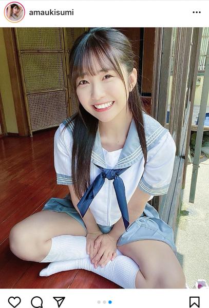 天羽希純、夏を感じる天真爛漫な笑顔とセーラー服