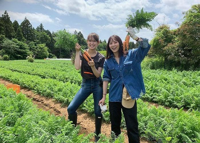 石川恋、トラウデン直美との満面笑みな農業女子ショットに「美女ふたりの畑映えます!」の声