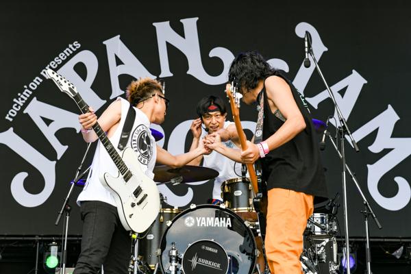 【ライブレポート】TOTALFAT、笑って踊って心で歌う!渾身の一撃ライブ<JAPAN JAM 2021>