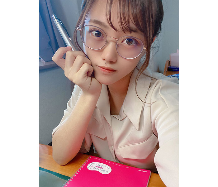 "AKB48 春本ゆき、家庭教師になりきった""あざと""ショット公開「お姉さんがお勉強おしえてあげる」"