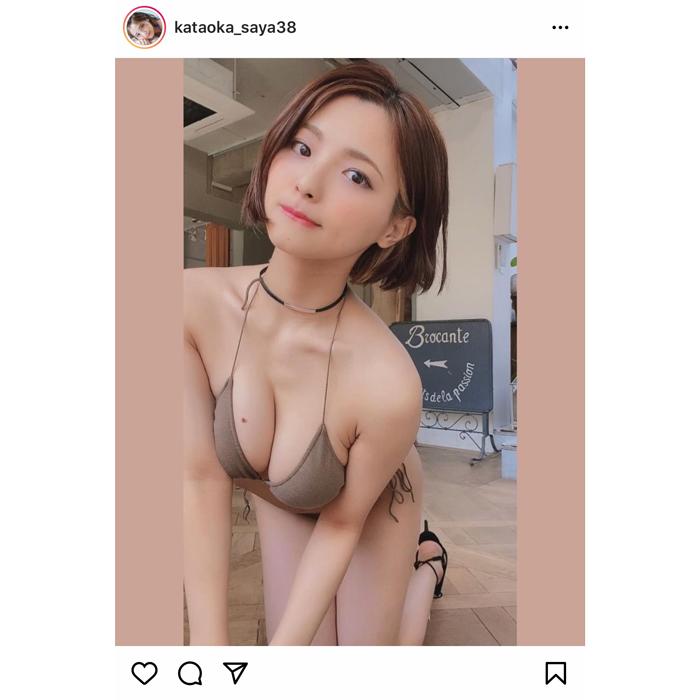 片岡沙耶、ビキニ姿の前かがみショットで豊満バストを披露!「可愛すぎる〜」「癒される」