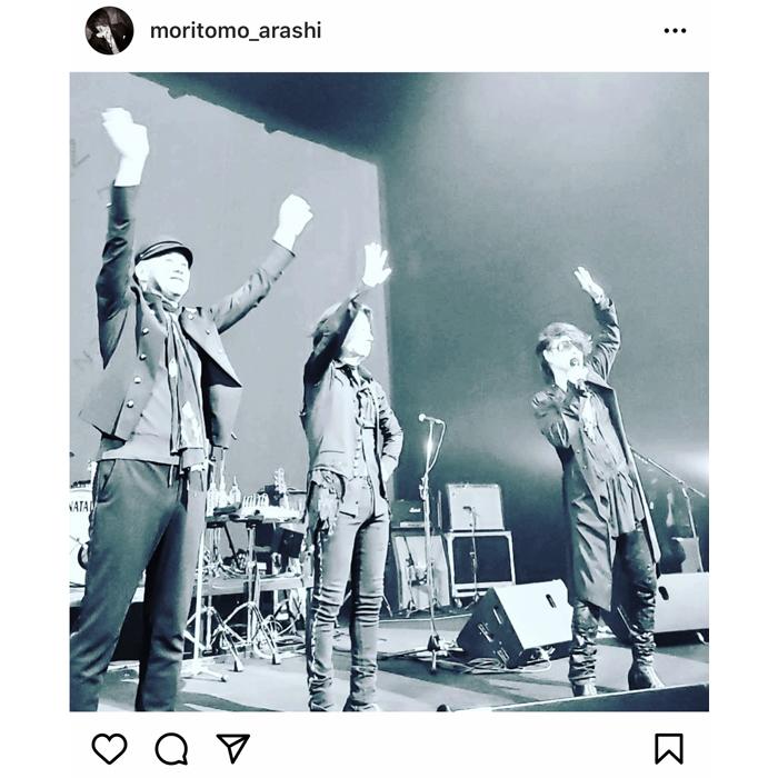 森友嵐士、T-BOLANのツアーでステージから手を振る写真を公開!「ライブお疲れ様でした」