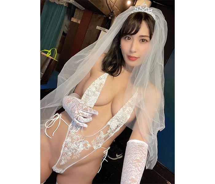金子智美、スケスケなVレグ水着の花嫁風ショット公開「今日沢山の人と結婚した」