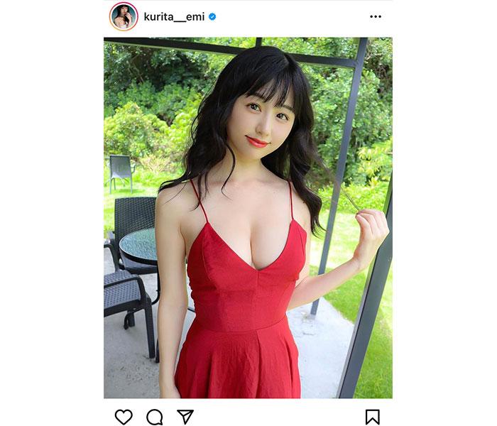 くりえみ、赤ドレスで際立つ純白素肌
