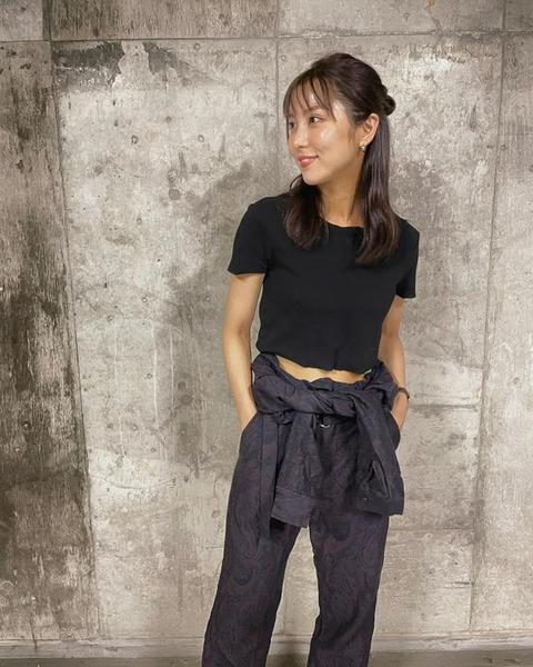 石川恋、夏のブラックコーデ姿でファン魅了