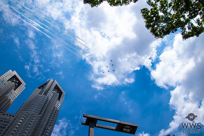 東京2020オリンピック開会直前!5色で五輪のマークを描くブルーインパルスが東京都庁上空を飛行!