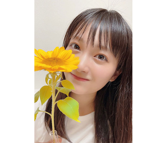 福田愛依、向日葵の2ショットで夏の訪れを告げる