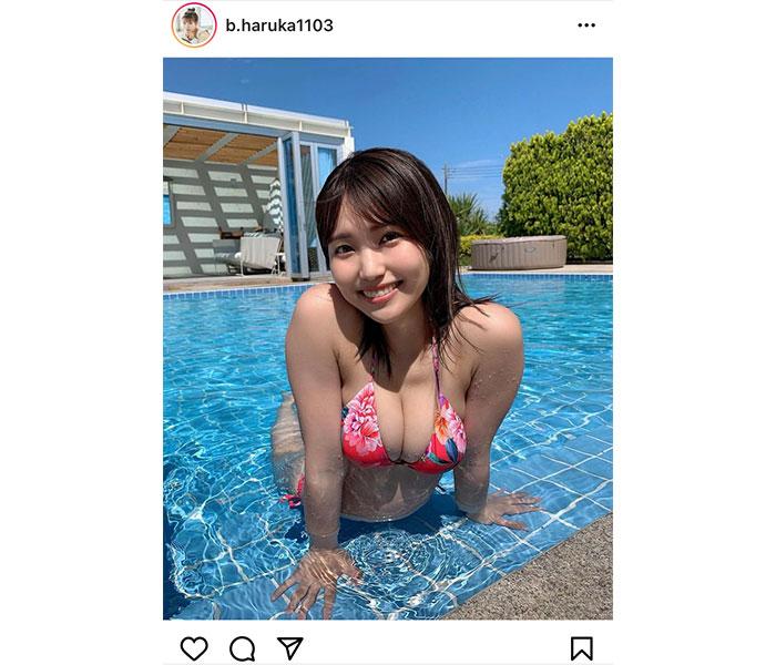 坂東遥、王道のプールグラビアで美バストに釘付け!
