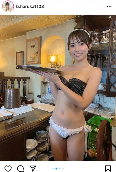 坂東遥、純喫茶でメイド風ビキニ姿を披露!