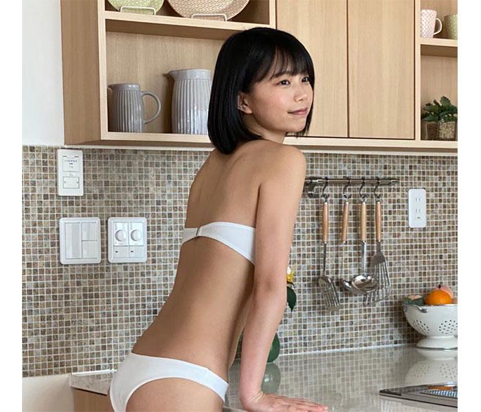 夏目綾、くびれ美ボディに釘付けの白水着オフショット披露!