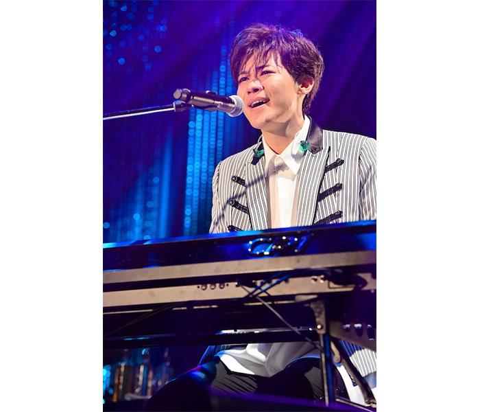 新浜レオン、約2年ぶりの単独コンサートでピアノ弾き語り