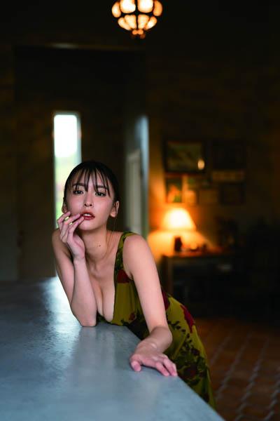 奈月セナ、女豹姿で最新写真集『たまゆら』発売記念読者イベントに登場!