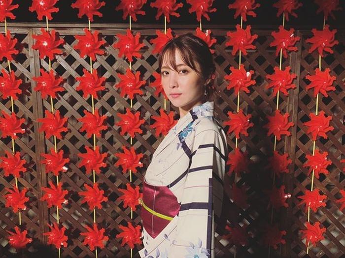 石川恋、カメラを見つめるしっとり雰囲気の浴衣姿に称賛の声「和風美人」「ザ・浴衣美人」
