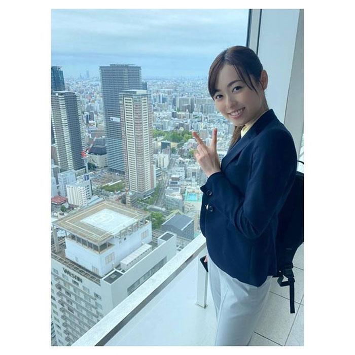 福原遥、高層ビルの窓際でピース「超絶綺麗&美人だし美しいすぎ!!」と絶賛の声