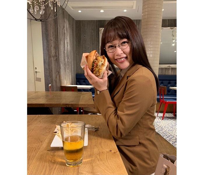 桜井日奈子、ボリュームたっぷりなハンバーガーに満面の笑み「かわいすぎる」と話題