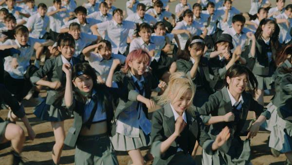 AKB48、98人で魅せる圧巻のダンスに注目!『根も葉もRumor』MVが公開