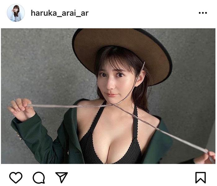 新井遥の『おしゃカワ』グラビアで美デコルテ披露