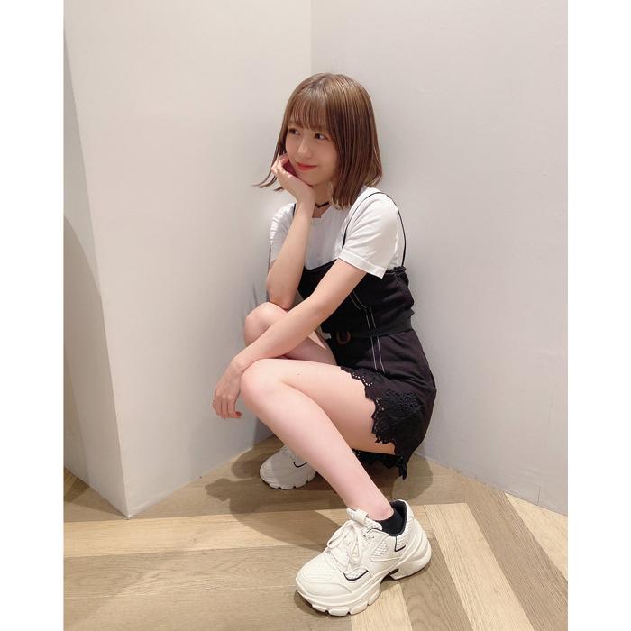 AKB48 篠崎彩奈、家庭的な一面を見せたプライベートショットで美脚を披露!「凄い綺麗!」「可愛すぎんか」