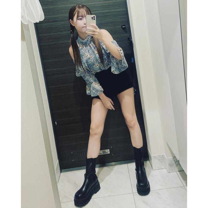 YouTuber 歩乃華、ミニスカコーデのセルフィーに絶賛の嵐!「可愛いし美人」「スタイルが理想」