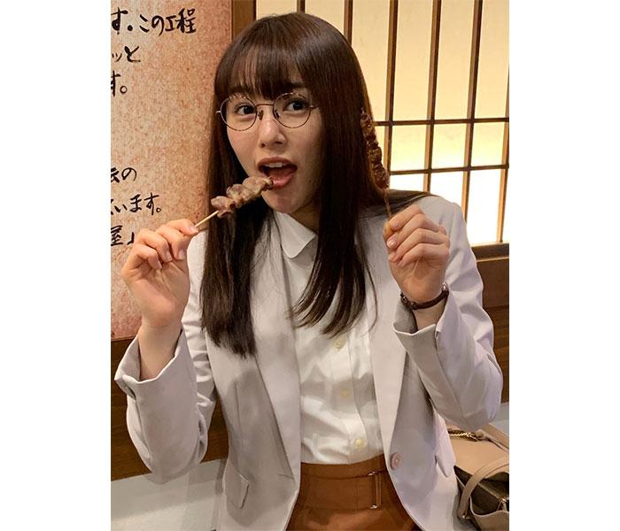 『ごほうびごはん』桜井日奈子、両手に焼き鳥を持つオフショットに反響!「一緒に焼き鳥食べたいっ!!」