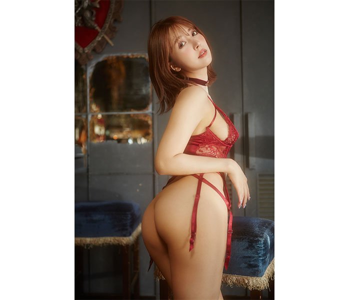三上悠亜、デビュー6周年記念の写真集が発売!『マシュマロボディ』に釘付け