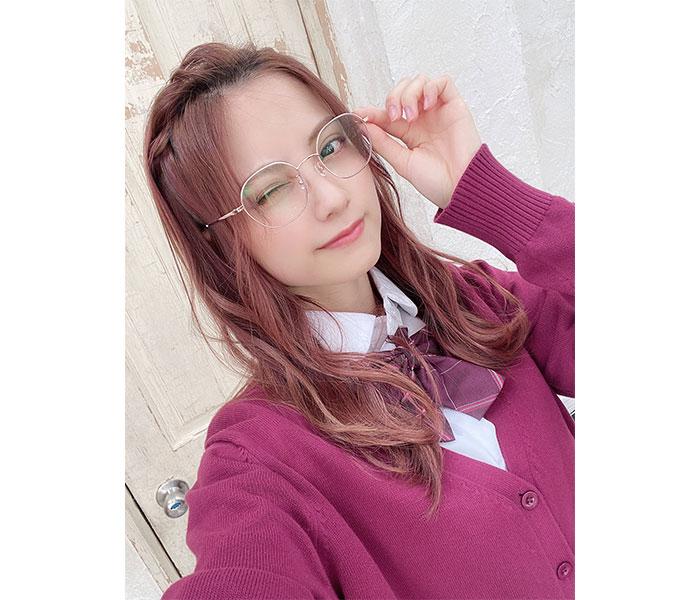桃月なしこ、赤髪×カーディガンの制服ショットが可愛すぎる!