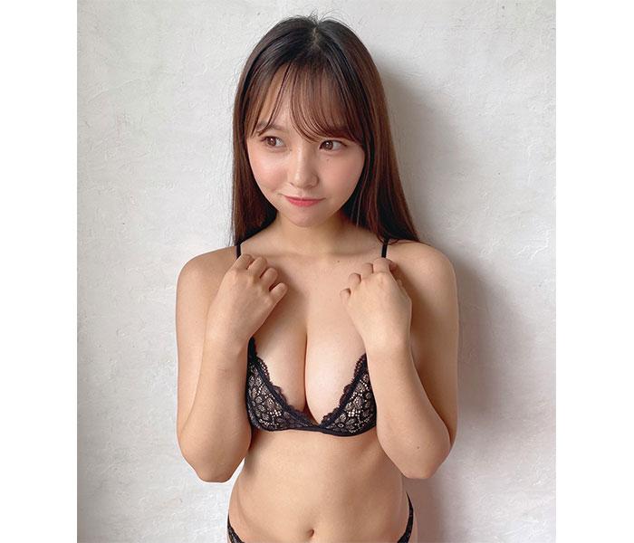NMB48 本郷柚巴、オトナな黒ビキニ姿で流し目セクシー