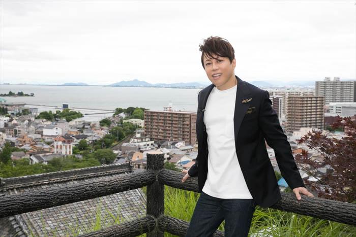 西川貴教、dTVオリジナルライブ番組「Roots」が配信スタート 自身のルーツを辿る独占インタビューと雄々しい圧巻のパフォーマンスに注目