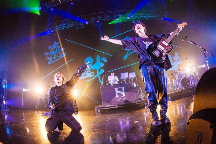 SKY-HIと山中拓也(THE ORAL CIGARETTES)のコラボ曲『Dive To World』ライブ映像が公開