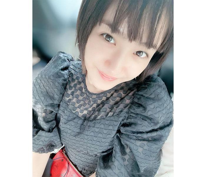 平祐奈、優しく微笑む『上目遣いショット』に「月と同じくらい癒されました」と反響