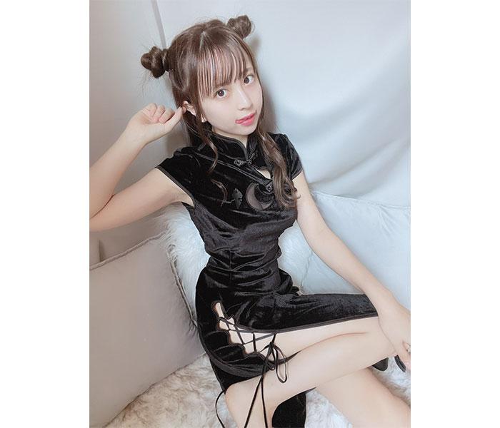 竹内星菜、黒いチャイナドレスでプク顔&セクシーな美脚披露