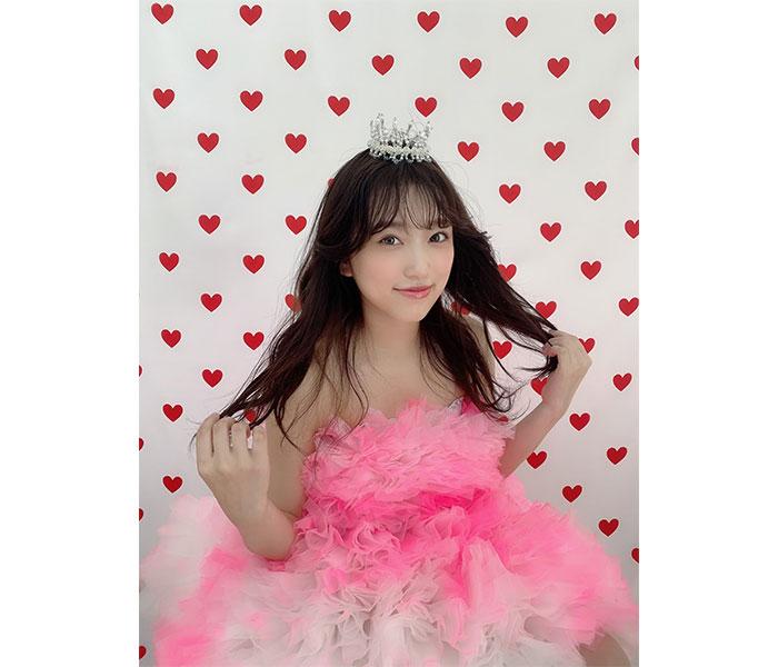 HKT48 矢吹奈子、プリンセスのような微笑みで魅せる「LARME」表紙オフショット公開