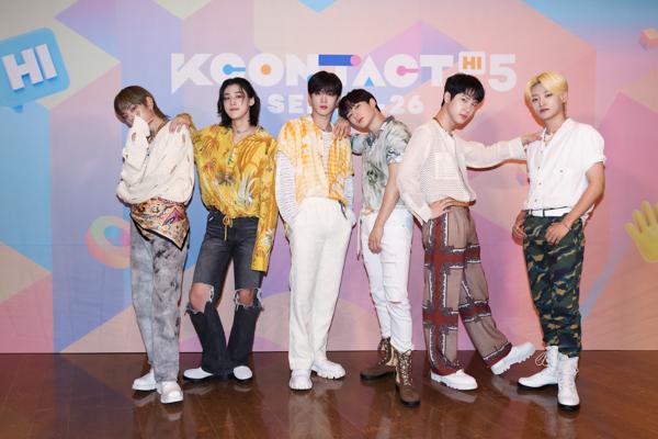 【写真特集】6人組男性グループ・WEi (위아이)、『KCON:TACT HI 5』でクールなライブパフォーマンス!!