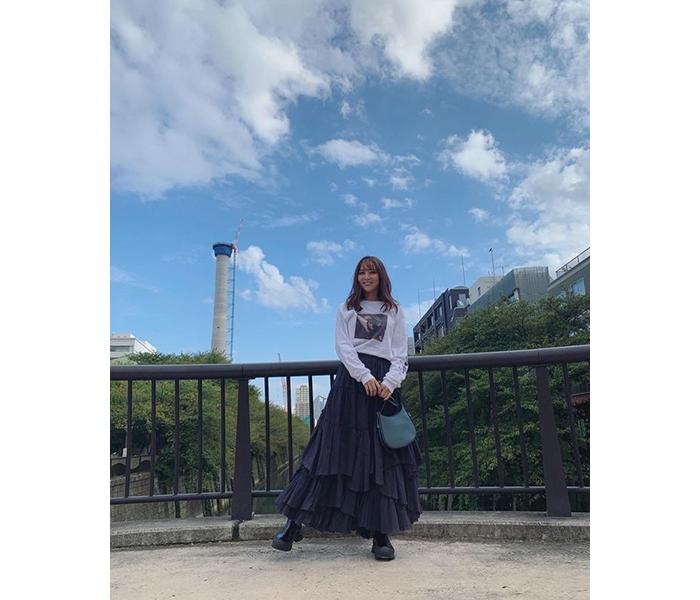 石川恋、ふわふわ揺れるお気に入りスカートで秋私服姿を公開