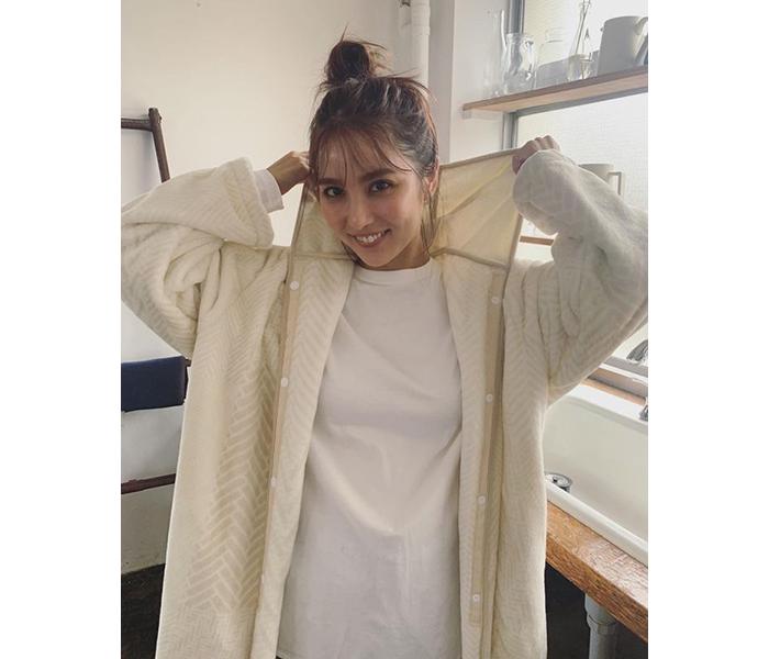 石川恋、お団子ヘア&冬に絶対着たいラフな部屋着姿の撮影オフショット公開