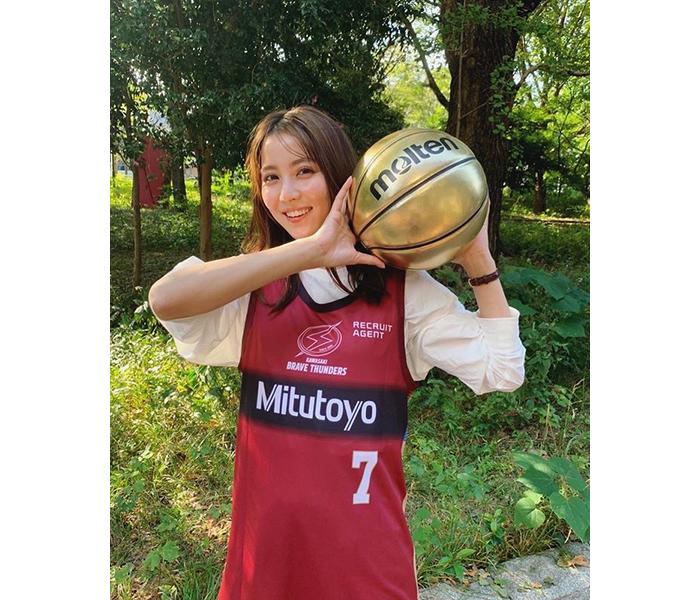 石川恋、スポーティーなバスケユニフォーム姿にファンから反響続々