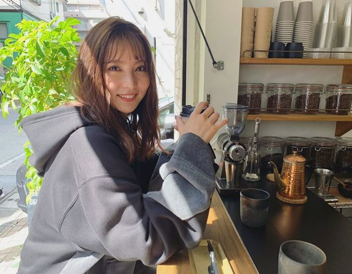石川恋、「彼女とデートなうに使っていいよ」パーカー姿でカフェデートなオフショットを公開