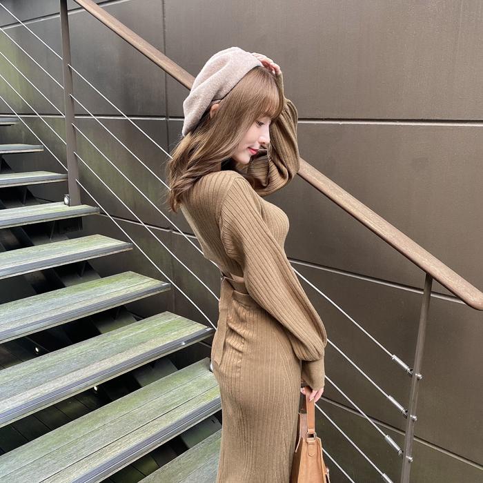 堀尾実咲、背中がチラ見えするニットワンピで秋コーデ!「かわいい」「背中のチラ見え」